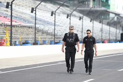 Helio Castroneves, Team Penske Chevrolet, beim Trackwalk