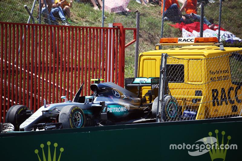 El Mercedes AMG F1 W07 híbrido de Nico Rosberg, de Mercedes AMG F1 es llevado a los pits en la parte trasera en una grúa