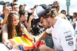 Fernando Alonso, McLaren signe des autographes pour les fans