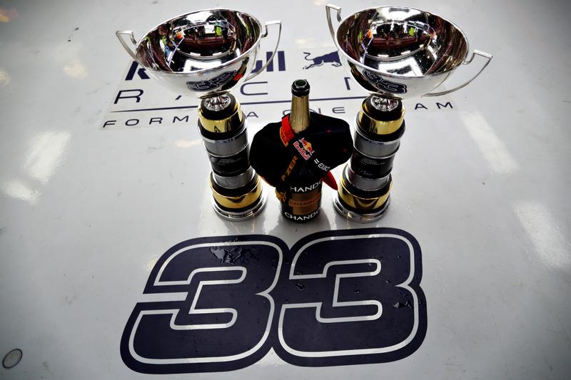 Los trofeos del ganador, Max Verstappen, Red Bull Racing