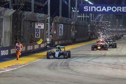 Restart: Nico Rosberg, Mercedes AMG F1 W07 Hybrid, führt und ein Sportwart in Bedrängnis