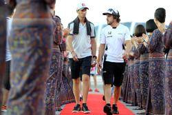 Romain Grosjean, Haas F1 Team y Fernando Alonso, McLaren Honda