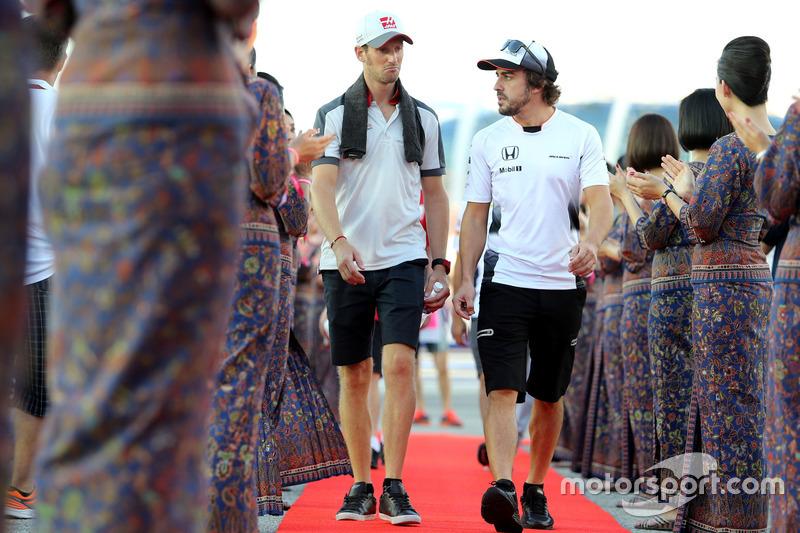 Romain Grosjean, Haas F1 Team and Fernando Alonso, McLaren Honda