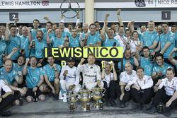 Le vainqueur Nico Rosberg, Mercedes AMG F1 Team fête le double podium avec Lewis Hamilton, Mercedes AMG F1 Team et l'équipe