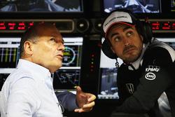 Presidente Ejecutivo de McLaren, Ron Dennis y Fernando Alonso, McLaren