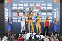 منصة التتويج: الفائز بالسباق توم كورونيل، رول موتورسبورت، شيفروليه؛ المركز الثاني توم تشيلتون، سيباس