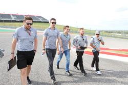 Alexander Rossi, pilote de réserve Manor Racing; Jordan King, pilote de développement Manor Racing; et Rio Haryanto, Manor Racing lors de la reconnaissance du circuit