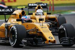 Jolyon Palmer, Renault Sport F1 Team RS16 leads team mate Kevin Magnussen, Renault Sport F1 Team RS16