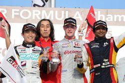 Winnaar Stoffel Vandoorne op het podium met Yuji Kunimoto en Narain Karthikeyan.