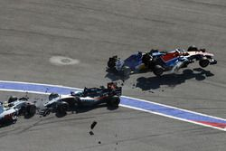 Crash au départ avec Marcus Ericsson, Sauber C35, Rio Haryanto, Manor Racing MRT05, Esteban Gutierrez, Haas F1 Team VF-16 et Nico Hulkenberg, Sahara Force India F1 VJM09