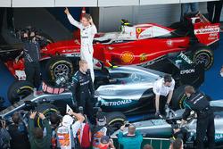 Le vainqueur Nico Rosberg, Mercedes AMG F1 Team W07 dans le Parc Fermé