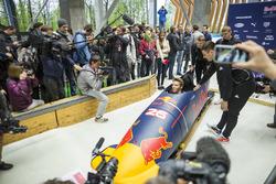 Daniil Kvyat, Red Bull Racing essaie le bobsleigh avec Alexey Pushkarev et Alexander Kasyanov
