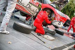 Mechanics working on the car of Stéphane Lefebvre, Gabin Moreau, Citroën DS3 WRC, Abu Dhabi Total Wo