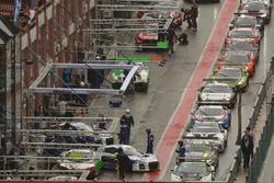 Az autók a bokszban várják a szabadedzés kezdetét