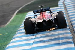 Daniil Kvyat, Scuderia Toro Rosso STR11 sacando chispas