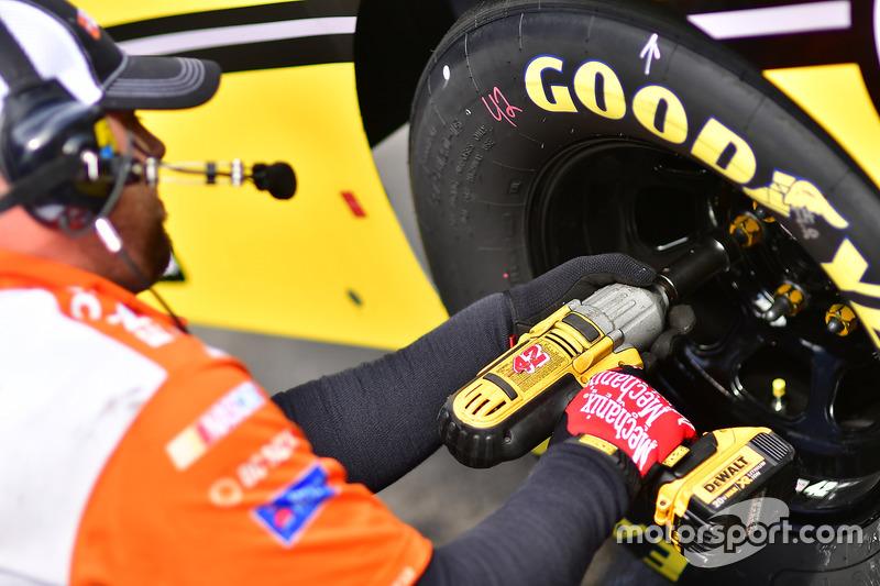 Cambio gomme sull'auto di Kyle Larson, Chip Ganassi Racing Chevrolet