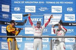 Подиум: победитель Хосе-Мария Лопес, Citroën World Touring Car Team, второе место – Том Коронель, Roal Motorsport Chevrolet, третье место – Роб Хафф, Honda Racing Team JAS