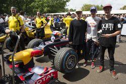 Pierre Gasly, Red Bull Renault RB8 reúne atletas Red Bull Kriss Kyle y Matt Jones
