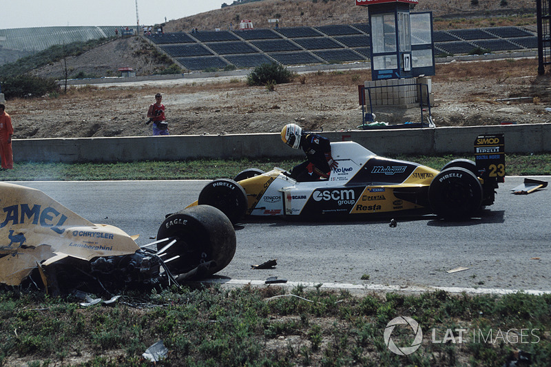 Pierluigi Martini, Minardi, si ferma in pista per assistere Martin Donnelly, Team Lotus, dopo un tremendo incidente