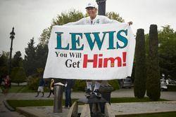 Un signo de apoyo para Lewis Hamilton, Mercedes AMG F1
