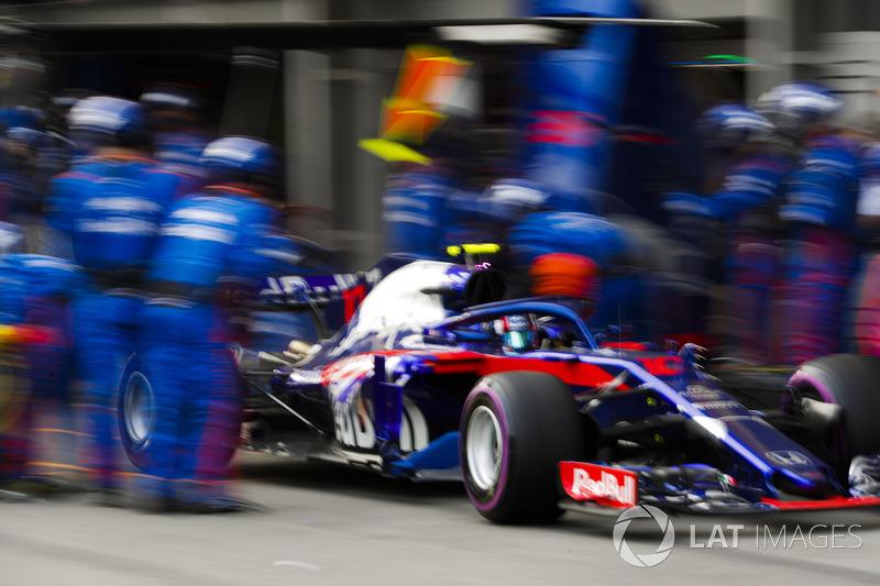 Pierre Gasly, Toro Rosso STR13 Honda, meninggalkan pit boks