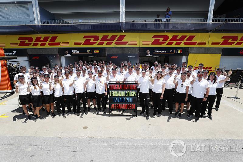 Fernando Alonso, McLaren, porte un toast pour son 300e Grand Prix, avec Zak Brown, directeur exécutif du McLaren Technology Group, Éric Boullier, directeur de la compétition de McLaren, et Stoffel Vandoorne, McLaren