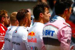 Valtteri Bottas, Mercedes AMG F1, Lewis Hamilton, Mercedes AMG F1, Daniel Ricciardo, Red Bull Racing, et Esteban Ocon, Force India, sur la grille avant le départ