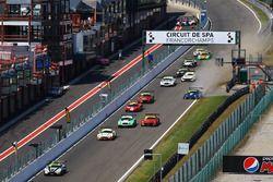 Start, #11 TF Sport Aston Martin V12 Vantage: Mark Farmer, Nicki Thiim alev aldı