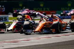 Fernando Alonso, McLaren MCL33, battles with Daniel Ricciardo, Red Bull Racing RB14