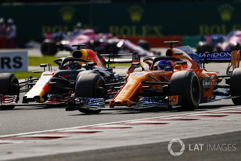Fernando Alonso, McLaren MCL33, lucha conDaniel Ricciardo, Red Bull Racing RB14