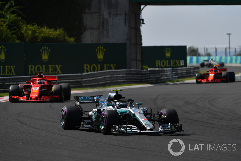 Valtteri Bottas, Mercedes-AMG F1 W09 precede Sebastian Vettel, Ferrari SF71H