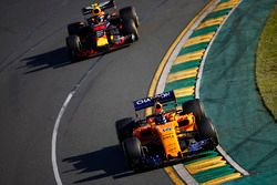 Fernando Alonso, McLaren MCL33 Renault, y Max Verstappen, Red Bull Racing RB14 Tag Heuer