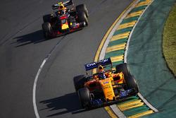 Fernando Alonso, McLaren MCL33 Renault, Max Verstappen, Red Bull Racing RB14 Tag Heuer