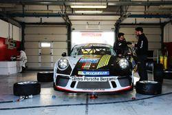 La Porsche 911 GT3 Cup di Simone Pellegrinelli, Bonaldi Motorsport, nel garage