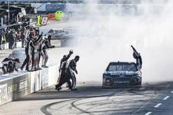 Clint Bowyer, Stewart-Haas Racing, Ford Fusion Haas Automation Demo Day, celebra después de ganar