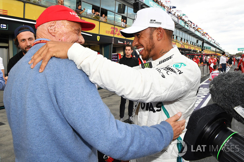 Il poleman Lewis Hamilton, Mercedes-AMG F1 festeggia nel parco chiuso con Niki Lauda, Presidente non esecutivo Mercedes AMG F1
