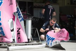 Force India F1 mechanic with Force India VJM11 bodywork