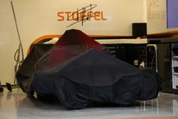 La monoposto di Stoffel Vandoorne, McLaren MCL32 sotto il telo