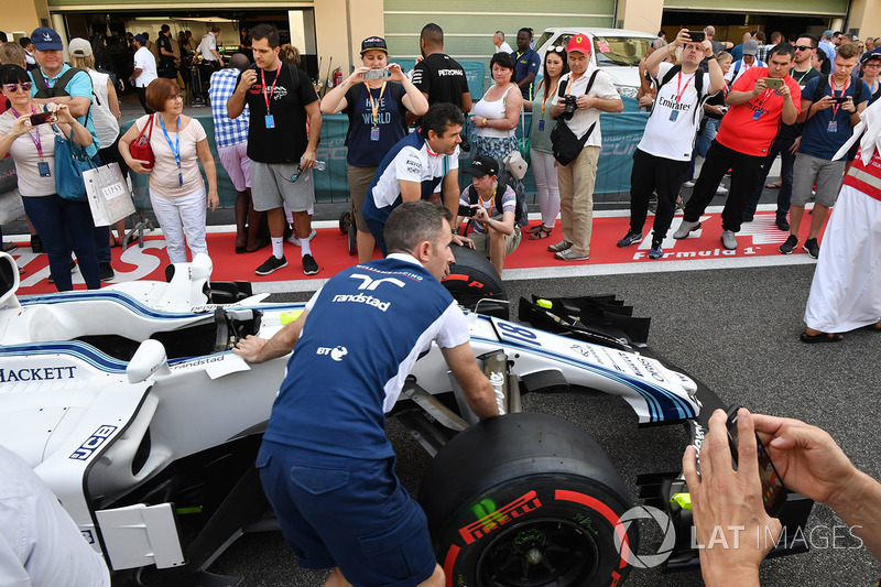Fans in pit lane and Williams FW40