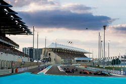 Старт гонки: Ромен Грожан, Haas F1 Team VF-17, Стоффель Вандорн, McLaren MCL32, Пьер Гасли, Scuderia