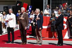 Конферансье Майкл Баффер, бывший президент США Билл Клинтон и председатель FOM Чейз Кэри во время ис