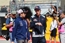 Sergio Pérez, Sahara Force India y Brendon Hartley, Scuderia Toro Rosso en el desfile de pilotos