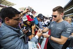 Stoffel Vandoorne, McLaren, firma autografi ai fan