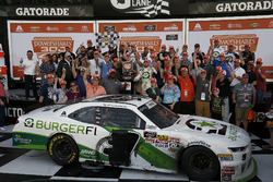 Il vincitore della gara Tyler Reddick, JR Motorsports Chevrolet Camaro con il team