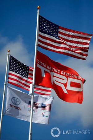 Flaggen: USA, TRD und Toyota