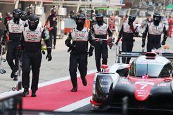 #7 Toyota Gazoo Racing Toyota TS050-Hybrid: Mike Conway, Kamui Kobayashi, Jose Maria Lopez dans les stands