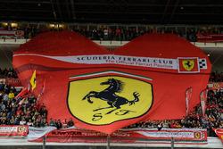 Ferrari-spandoek op de hoofdtribune