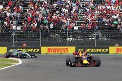 Max Verstappen, Red Bull Racing RB13 voor Valtteri Bottas, Mercedes-Benz F1 W08 bij de start van de race