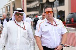 Seicco Mohammed bin Essa Al Khalifa, CEO del consiglio per lo sviluppo economico del Bahrain e azionista McLaren e Zak Brown, Direttore Esecutivo McLaren