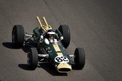 Dario Franchitti conduciendo Colin Chapman diseñó 1965 Lotus 38, el primer automóvil con motor centr